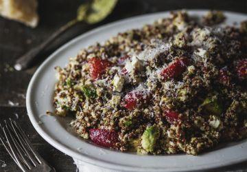 Salade de quinoa deux couleurs, fraises, feta et pesto de pistaches