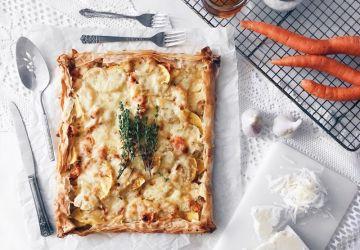Tarte fine à la courge, carottes, oignons, fromage cheddar et thym
