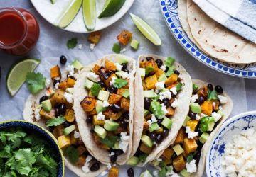 Tacos à l'avocat, courge rôtie et haricots noirs