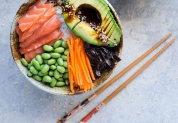 Bol sushi à l'avocat, saumon et edamames