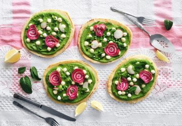Pizza sur pain naan aux pois verts, à la menthe, au citron et aux bocconcinis