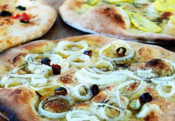 Pizza à l'oignon et aux piments rouges
