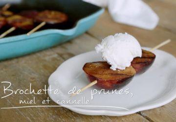 Brochettes de prunes, miel et cannelle