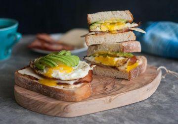 Le meilleur sandwich déjeuner (mi-rôtie à l'avocat, mi-Monte Cristo)