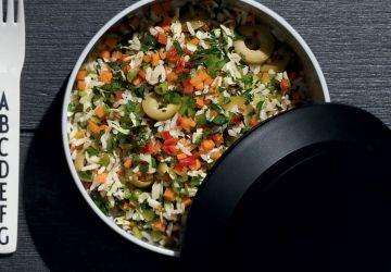 Salade de riz aux olives et aux légumes