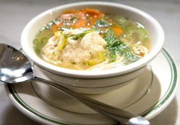 Soupe au poulet avec Matzah Balls