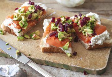 Toasts de saumon fumé, avocat, betteraves & crème fouettée