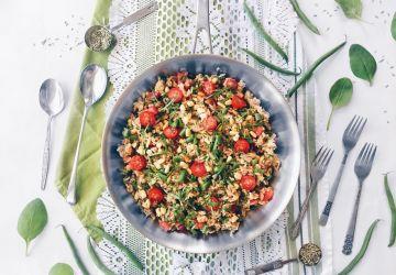 Riz épicé tout-en-un au maïs, haricots verts, tomates et épinards
