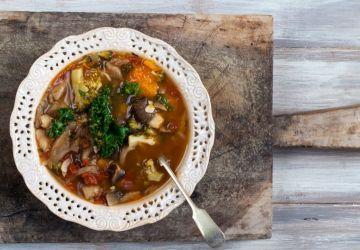 Soupe réconfortante au chou frisé et aux lentilles