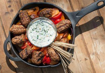 Boulettes d'agneau style moyen-oriental, sauce yogourt salade de poivrons et tomates