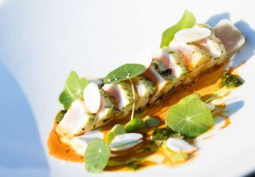 Tataki de marlin bleu, chimichurri de capucines, purée de gourganes, labneh épicé, réduction de carotte au piment d'Alep, amandes fraîches