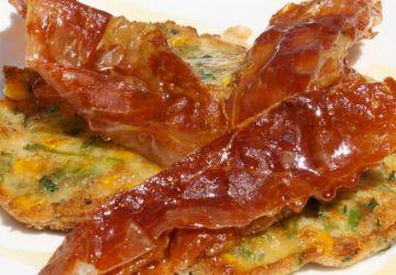 Pancakes au maïs, jambon et miel