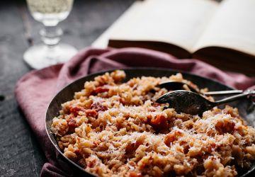 Risotto cuit au four aux tomates épicées (all'amatriciana)