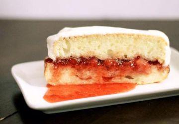 Gâteau à la vanille avec confiture fraises et litchis et glaçage au yogourt