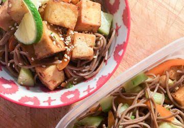 Salade tiède de tofu épicé, nouiles soba et légumes croquants