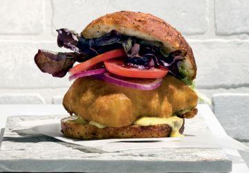 Burger de morue charbonnière croustillante, mayonnaise cari et cornichon