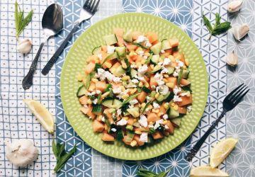 Salade de cantaloup, concombre, maïs, feta et menthe
