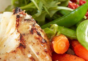 Bol de poisson, légumes et sauce citron