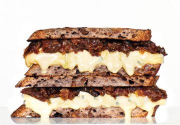 Grilled cheese de pain aux noix, au cambozola et aux dattes
