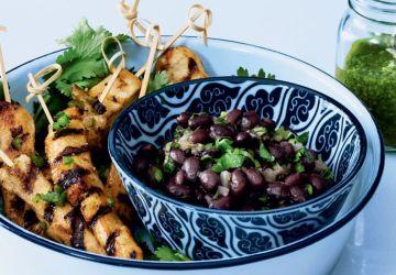 Brochettes de poulet, salsa verde et haricots noirs frijoles