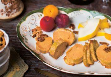 Foie gras de canard cuit au torchon dans un vin épicé