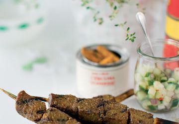 Les meilleurs satés de boeuf avec relish de concombres à la singapourienne