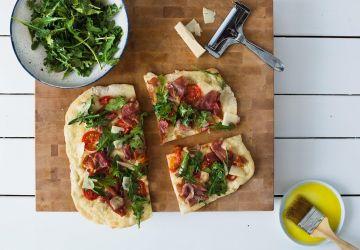 Pizza prosciutto et roquette au vinaigre balsamique et sirop d'érable