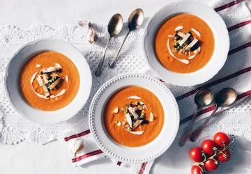 Soupe aux tomates express et garniture de tortillas grillées
