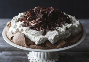 Pavlova au chocolat & crème fouettée au chocolat blanc
