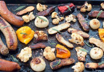 Souper complet de saucisses et légumes sur plaque