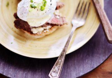 Sandwich déjeuner oeuf, steak au bleu et sauce hollandaise