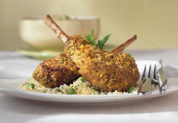Côtelettes d'agneau sur couscous à la menthe et aux petits pois