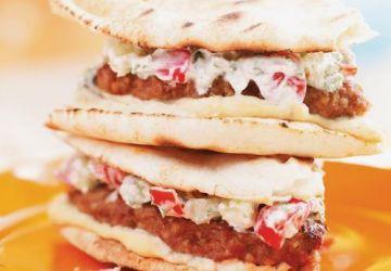 Burgers d'agneau à l'houmous, à la salade de tomates et concombre au yogourt