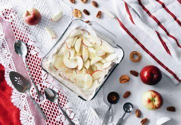 Dessert étagé sans cuisson au fromage, pommes et épices chaï en croûte de pacanes