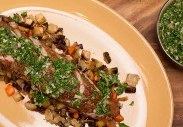 Filet de porc rôti au thym, ragoût de légumes racines chimichurri