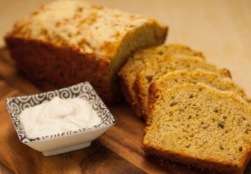 Gâteau à la semoule de blé au basilic et aux pêches
