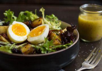Salade verte aux lardons, oeufs et petites patates sautées