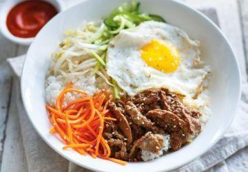 Bibimbap (bol coréen de riz, de légumes, d'oeuf et de boeuf)