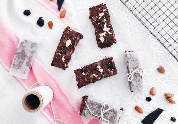 Barres crémeuses véganes au chocolat, quinoa soufflé, amandes et canneberges