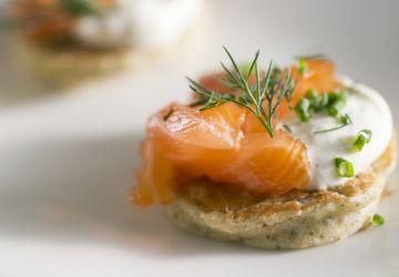Blinis à l'algue et au gravlax de saumon aux herbes salées