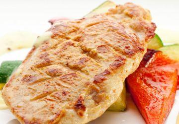 Poitrine de poulet sautée à l'orange, accompagnement de zucchinis