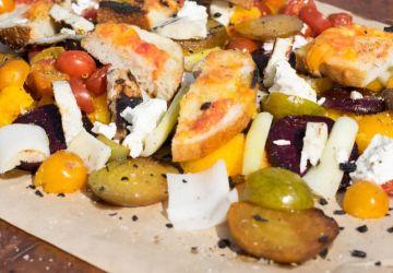 Légumes, fromage et pain grillés