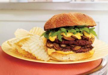 Burger double aux champignons, sauce au fromage