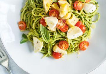 Spaghettis au pesto, aux artichauts et aux tomates cerises