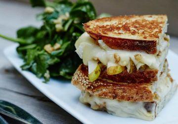 Grilled cheese au brie, poires et noix