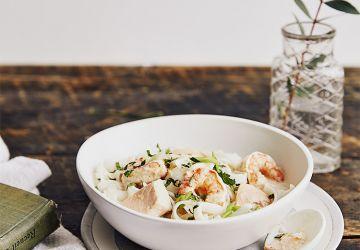 Soupe épicée au saumon et aux crevettes & bouillon au lait de coco