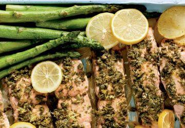 Saumon aux câpres et au citron sur une plaque