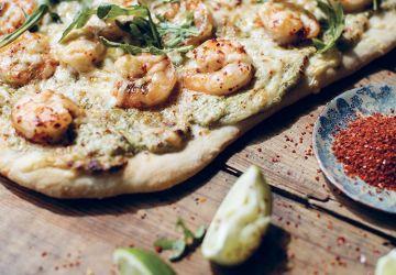 Pizza aux crevettes épicées, pesto, ricotta & roquette