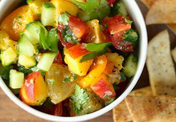 Salsa de fruits et légumes accompagnée de chips de pita