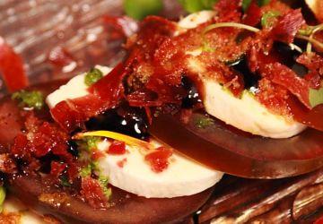 Drapeau à damier de tomates noires et bocconcini
